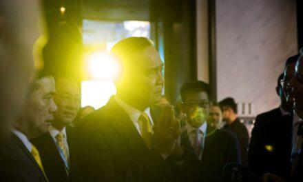 พล.อ.ประยุทธ์ จันทร์โอชา นายกรัฐมนตรีของไทย และรัฐมนตรี 5 คน รอดชีวิตจากการโหวตไม่ไว้วางใจ