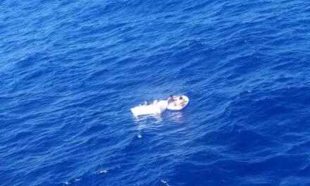 หน่วยกู้ภัยพบเด็กเรืออับปาง 2 คน เกาะติดอยู่กับแม่ที่เสียชีวิต ช่วยชีวิตพวกเขาด้วยการดื่มปัสสาวะเพื่อให้นมลูก