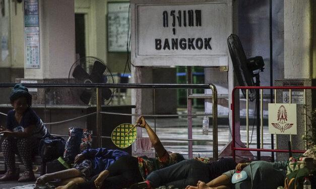 กรุงเทพฯ คนไร้บ้านเข้าถึงวัคซีนป้องกันโควิดจริงหรือที่หัวลำโพง ความตายข้างถนนที่ราชดำเนิน